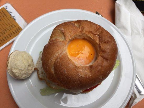 Castellfollit de la Roca, España: El sombrero de la hamburguesa.