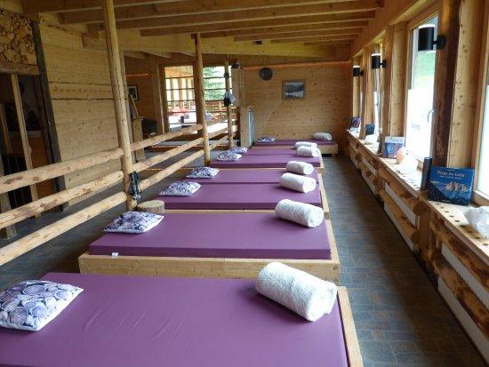 Almi's Berghotel: ...eine von 2 Ruheräume plus Terrasse
