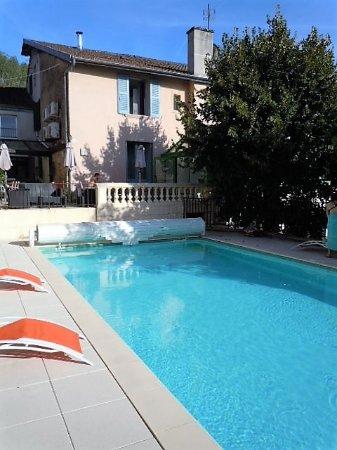 Cuiseaux, France: la piscine à l'arrière de l'hôtel - un plus très agréable !