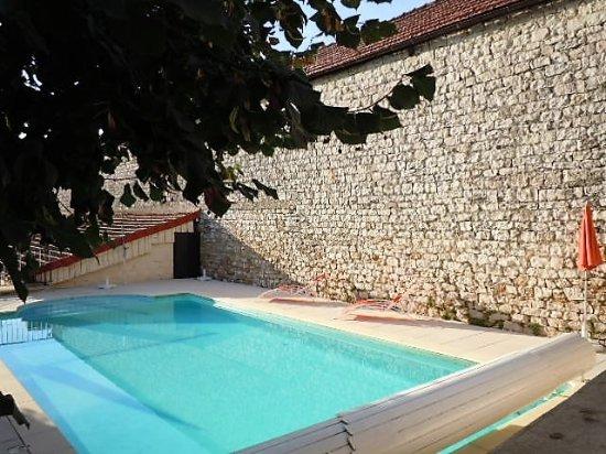 Cuiseaux, France: la piscine très agréable à l'arrrière de l'hôtel.