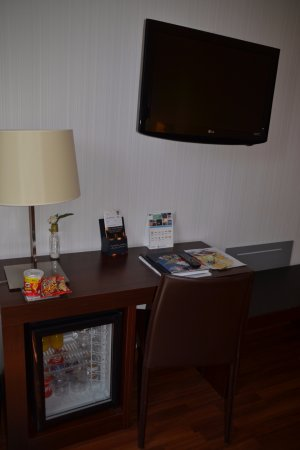 Hotel Gran Ultonia Girona: Detalle nevera y tv.