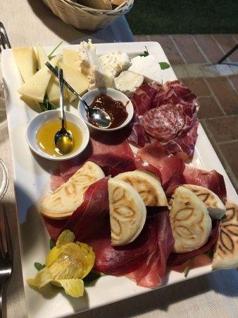 Pianello, Italy: Antipasto di salumi e formaggi, porzione per una persona!