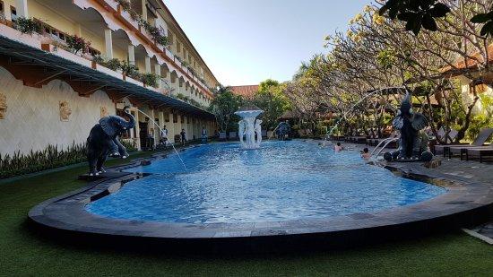 Febri's Hotel & Spa: Pool and garden