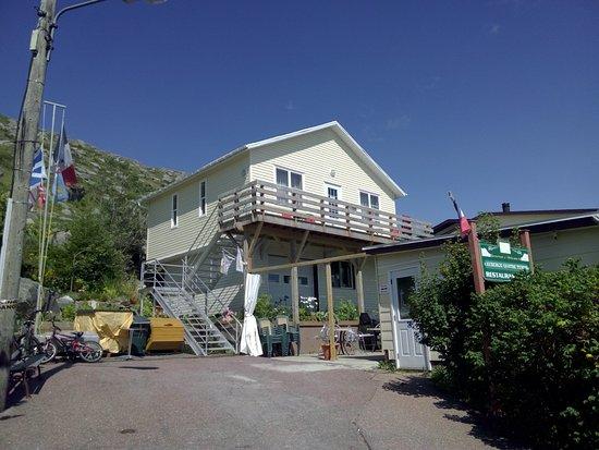 Saint-Pierre: La terrasse pour les 2 studios amménagés et équipés. A droite en bas, l'acceuil et le restaurant