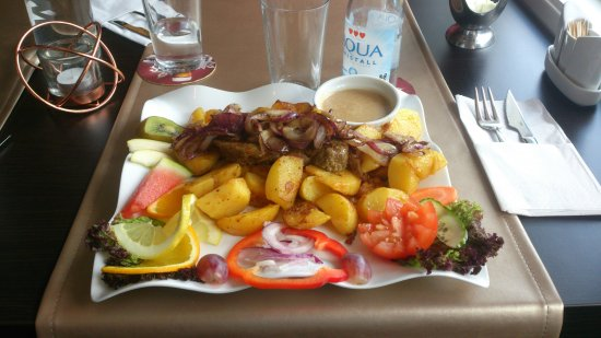 Steak House i Skeen: Grillad biffstek med lök och stekt potatis ! Vackert och oerhört gott !