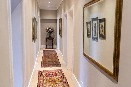Villa Grande Guest House : Hallway to rooms
