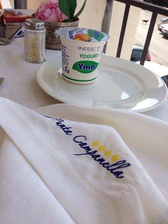 Punta Campanella Resort & Spa : Yogurt del 29/8...quasi scaduto...sicuramente fermentato (notare rigonfiamento alluminio di chiu