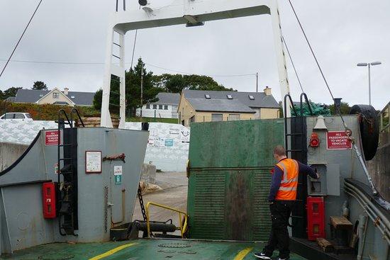 Burtonport, Ирландия: The red Arranmore Car & Passenger Ferry