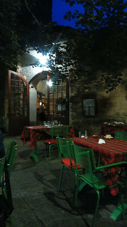 Alet les Bains, France: Terrasse et entrée du restaurant