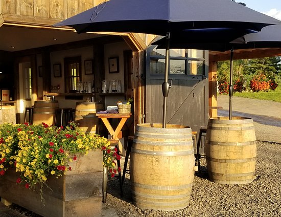Fly Creek, Nova York: Outdoor seating at barrel tops