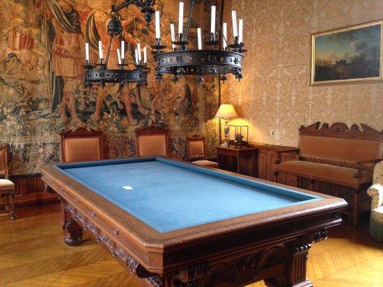 Centre-Val de Loire, France: Salle de billard avec une magnifique tapisserie au fond