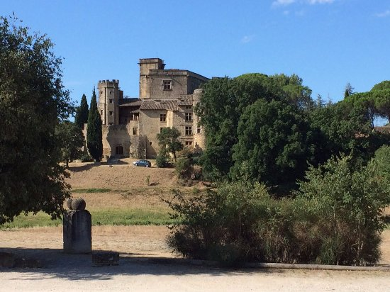 Chateau de Lourmarin: Vue du parking