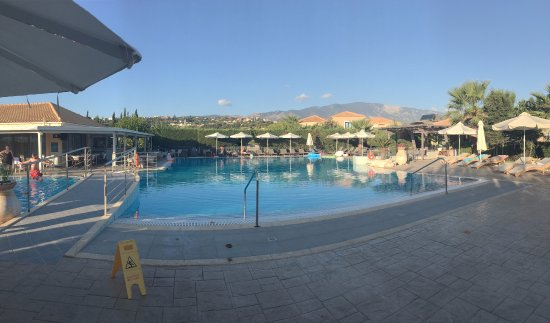 Avithos Resort: The amazing pool surrounded by sun loungers and pool bar on the left.