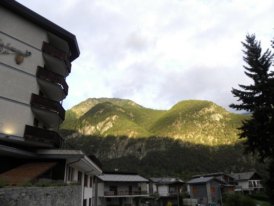 Challand Saint Anselme, Italien: From the outside of the hotel