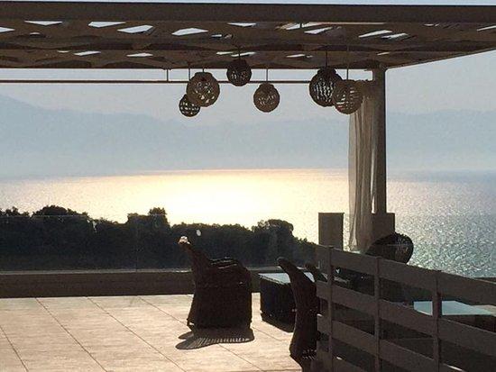Camvillia Resort: Un atardecer desde la terraza, que es un balcón sobre las aguas.
