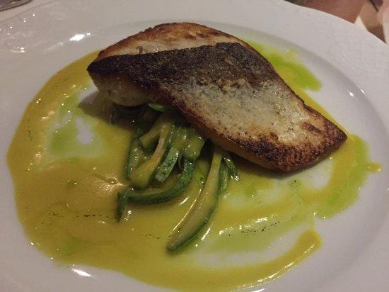 Camvillia Resort: La buena gastronomía del Hotel. Lubina con una salsa de perder el sentido.