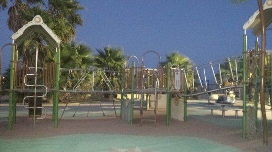 Vue de l 39 aire de jeux le lac la mer et la piscine for Camping toulouse piscine