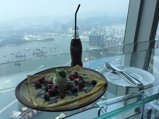 Cafe 100 by The Ritz-Carlton, Hong Kong: Sample crepe and coke in a bottle.