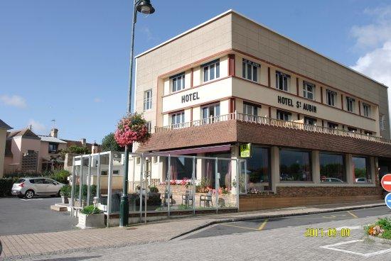 Saint-Aubin-Sur-Mer, Frankrike: l'hotel et son parking