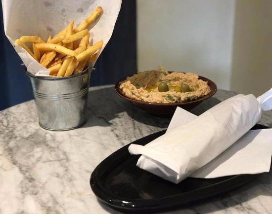 Najah Lounge : shawarma wrap with fresh homemade hummous and chips