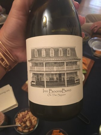 Boonsboro, Мэриленд: The wine and conversation hour is great fun, don't miss out!