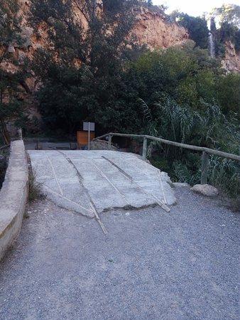 Navajas, Spain: Estado lamentable del puente del camino de acceso