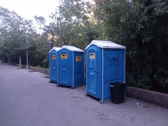 Navajas, Espanha: Los baños que están a mitad del camino de acceso al lugar (100 metros), muy lógico