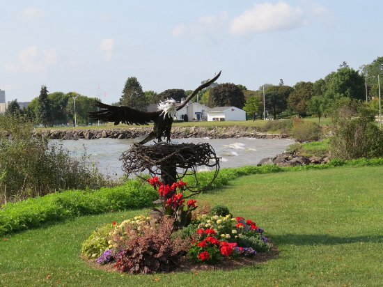 Two Rivers, WI: metal eagle and nest along walking trail