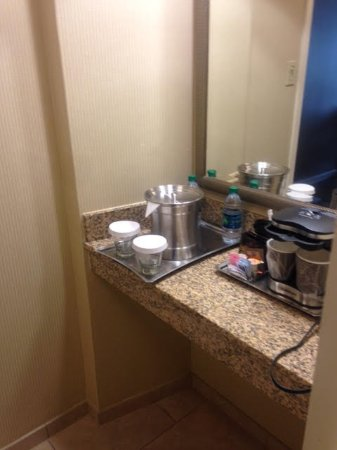 Frontenac, MO: Coffee/Water Area in Room