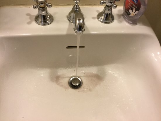 Old Court Bed and Breakfast: Dirty water running in the sink.