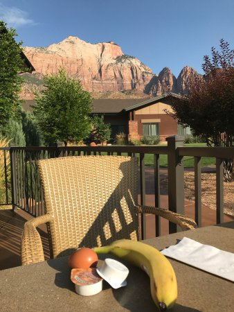 Hampton Inn & Suites Springdale Zion National Park: A great location,fantastic service, clean and quiet room, full breakfast buffet. Just a little p