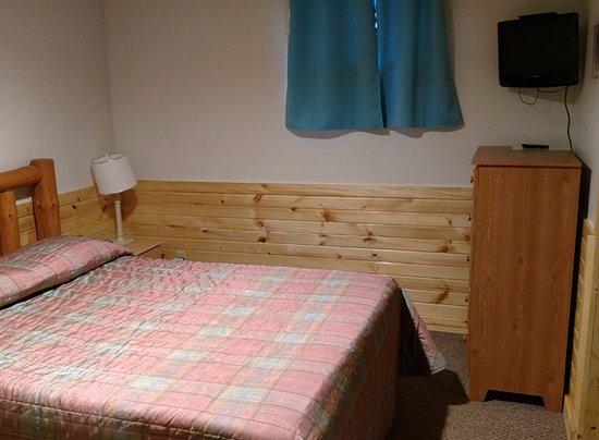 Alexandria, MN: Cabin #9 Bedroom