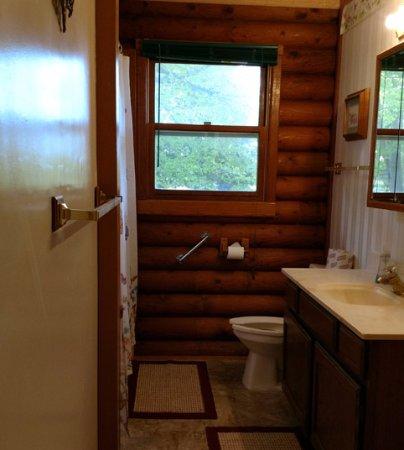 Alexandria, MN: cabin #9 Upper bath