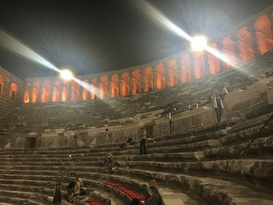 Aspendos Ruins and Theater: Powoli zaczynają schodzić się ludzie. Ostatecznie - wszystkie miejsca zostały zajęte