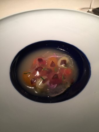Los Gatos, Kalifornia: Summer Tomato perfumed w/ ginger, pork and anchovy bouillon