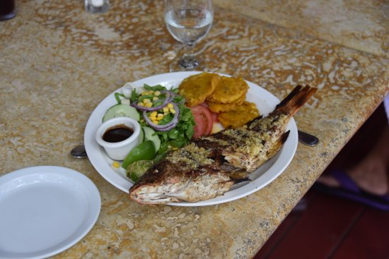 Playa Hermosa, Kosta Rika: Whole red snapper, grilled with garlic butter. Yummy!