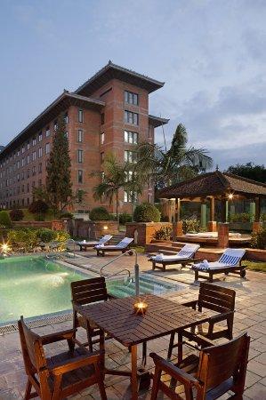 Crowne Plaza Kathmandu-Soaltee: Swimming Pool with Himalayan Wing View