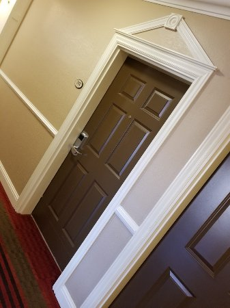Comfort Inn at Founders Tower: Nice style touches in the guest room hallways.
