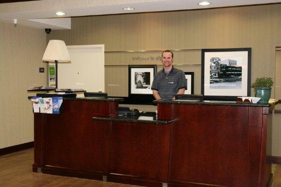 Hampton Inn Alpine: Front Desk