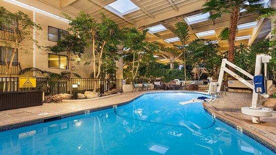 Конкорд, Калифорния: Swimming Pool with ADA Lift