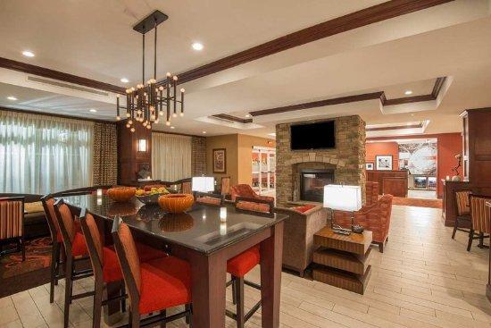 Kingston, Нью-Йорк: Hotel Lobby with Fireplace