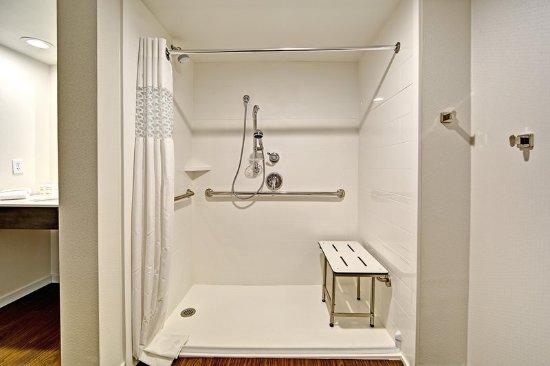Fletcher, Kuzey Carolina: Accessible 2 queen suite bathroom