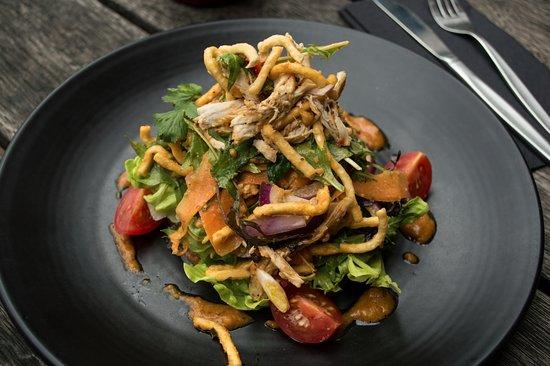 Botany Downs, New Zealand: Roasted free range chicken, tomato, red onion, carrot, cucumber, crispy noodles, peanut satay