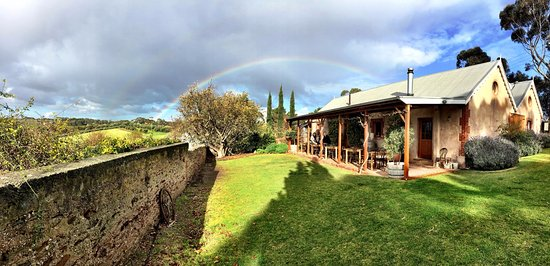 McLaren Vale, Austrália: The rustic 1853 built farm shed that is our home.