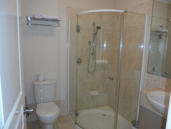 Emerald, Australia: The bathroom, note foot rest in shower