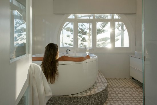 Glenelg, Australia: Spa bath with a view in 1 Olive Court