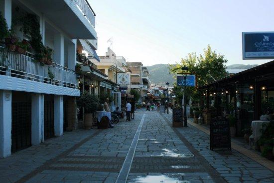 Nea Iraklitsa, Greece: street next to the beach