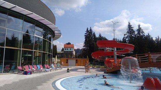 Velke Losiny, Tjeckien: pohled na venkovní budovu a bazény
