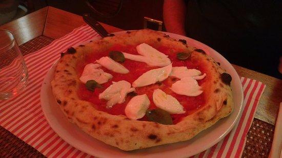 Pizza VESUVIO: salsa di pomodoro, basilico, mozzarella di bufala campana a fine cottura.