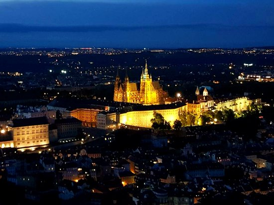 Hotel William: ночная Прага с Петршинского холма